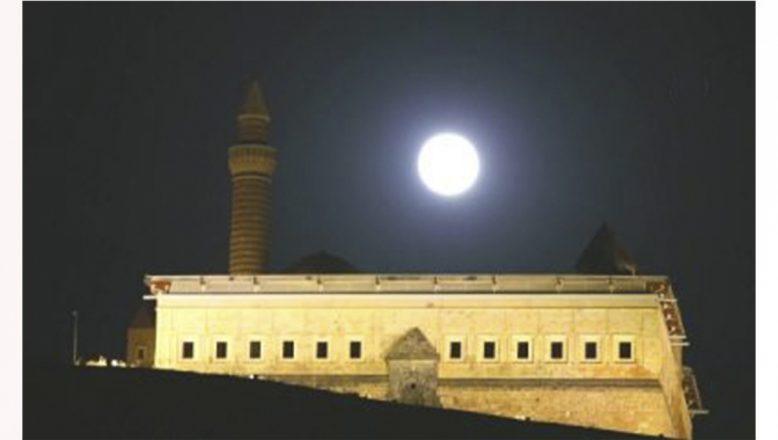 Tarihi İshak Paşa Sarayı Dolunay İle Bütünleşerek Emsalsiz Görüntüler Oluşturdu