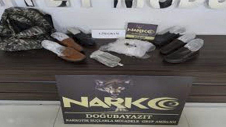 Doğubayazıt'ta ayakkabı tabanına gizlenmiş 4 kilo 240 gram esrar ele geçirildi