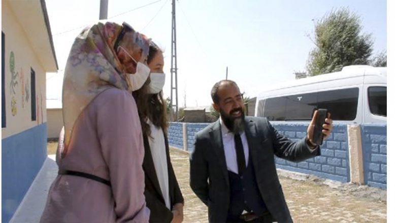 Bakan Selçuk, Ağrı'daki köy öğretmenleriyle telefonda görüntülü görüşerek sohbet etti