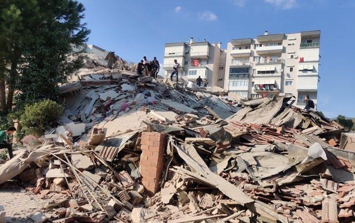 İzmir'de şiddetli deprem sonrası enkaz altında kalanlar var