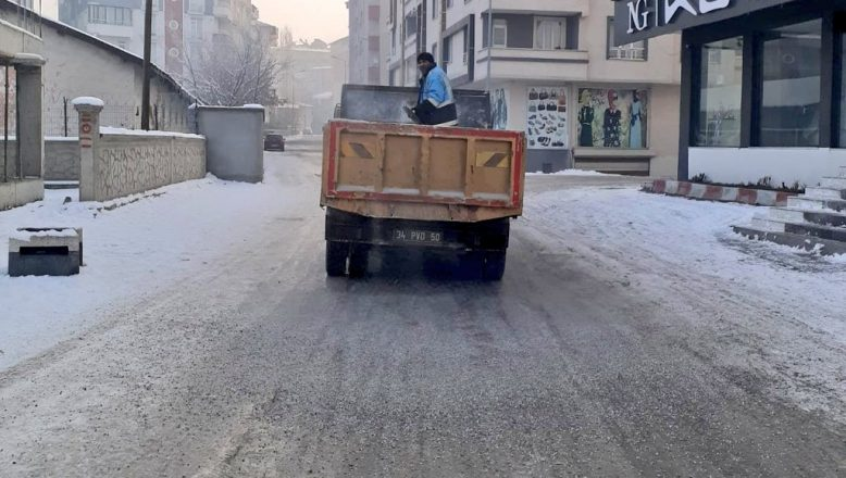 Ağrı Belediyesi ekiplerinin kar temizleme çalışmaları devam ediyor
