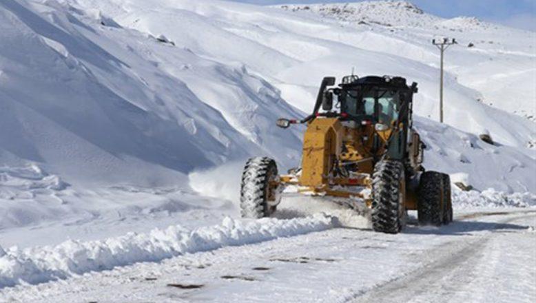 Ağrı'da kar ve tipi 286 köy yolunu ulaşıma kapadı
