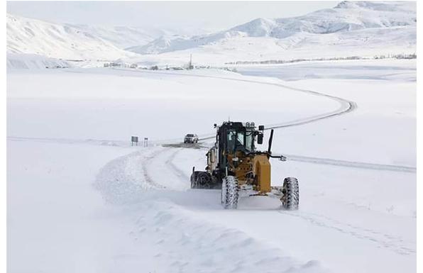 Ağrı'da yoğun kar yağışı ve tipi 273 köy yolunu ulaşıma kapadı