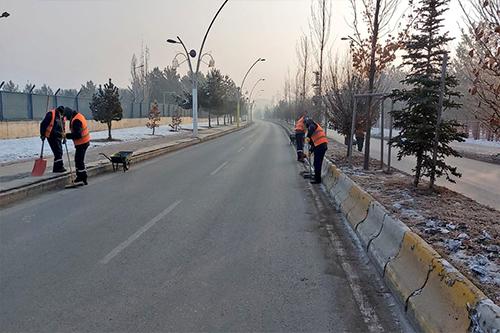 Ağrı'da Boş Kalan Caddelerde Temizlik Ekipleri İş Başında