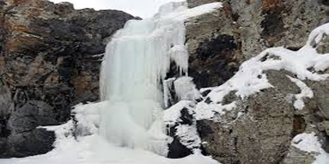 Ağrı'da Buz TutanAşağı Toklu Şelalesi Görsel Şölen Sunuyor