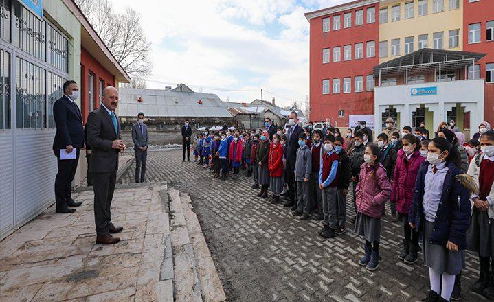 Vali Varol'dan Karasu İlk Öğretim ve Ortaokuluna Ziyaret