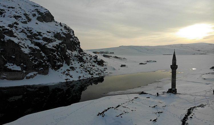 Ağrı'da Yazıcı Barajı'nın buzları arasında yükselen minare dikkat çekiyor