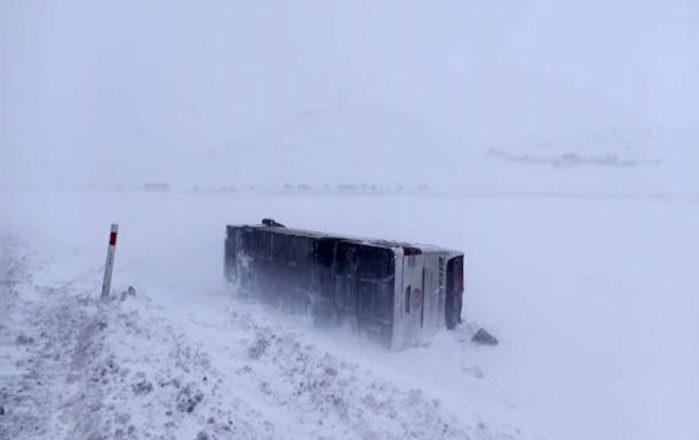 Ağrı'da Tipi Nedeniyle Yolcu Otobüsü Devrildi