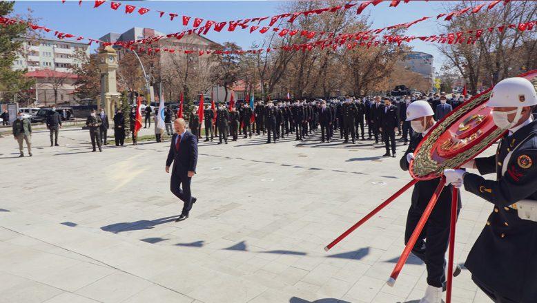 Ağrı'nın Kurtuluşunun 103'üncü Yıl Dönümü Dolayısıyla Atatürk Anıtı'na Çelenk Sunuldu