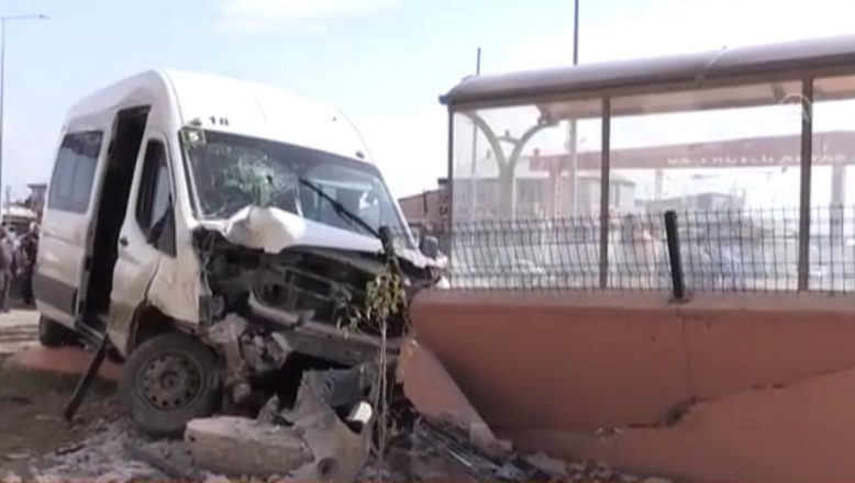 Ağrı'da servis minibüsünün çarpması sonucu 7 öğrenci yaralandı