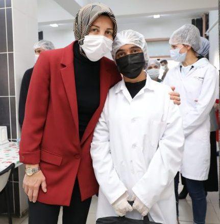 Bakan Mahmut Özer'in eşi Nebahat Özer, Ağrı'da öğrencileri hediyelerle ziyaret etti