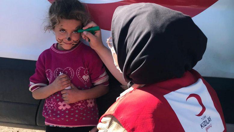 Kızılay Gönüllüleri ekibi kız çocuklarıyla bir araya geldi